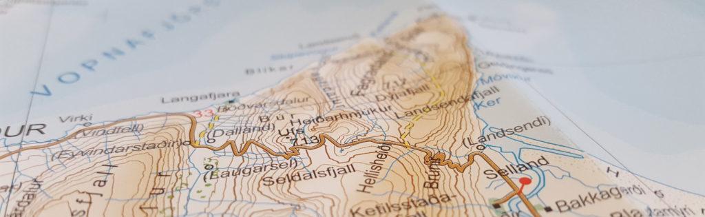 Närbild på väg över berg från papperskarta